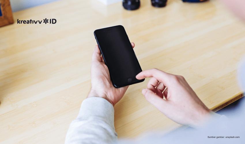 cara memegang handphone