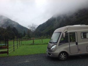 I Österrikiska skidskytteorten Hochfilzen skulle det finnas en billig och bra ställplats. Det fanns bara en dyr camping utan vykortsbilder...