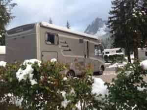 En vacker och stor campingplats med fantastiska bergsgruppen Drei Zinnen/Tre Cime som fondvägg. Men snön hade vi kunnat vara utan!