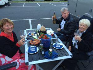 Skål och lycka till på resan! tyckte nybörjarna och tidigare grannarna Owe&Marita i Gränna hamn.