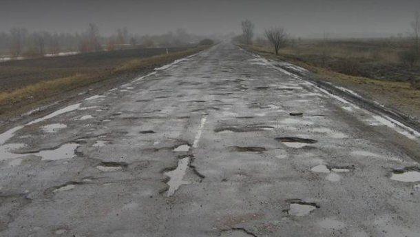 Відчай і ями по коліно: чому дороги Прикарпаття десятиліттями чекають ремонту? (відео)
