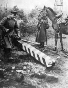 Radzieccy pogranicznice obok zniszczonego polskiego słupu granicznego