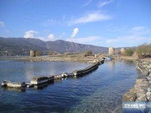 drei alte Steinwindmühlen am schmalen Kanal bei Elounda