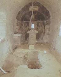 Gräber innerhalb der Kirche