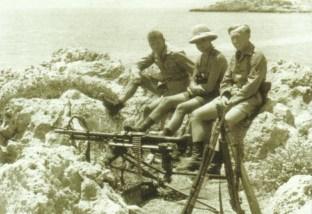 Deutsche Soldaten auf Posten über der Suda-Bucht.