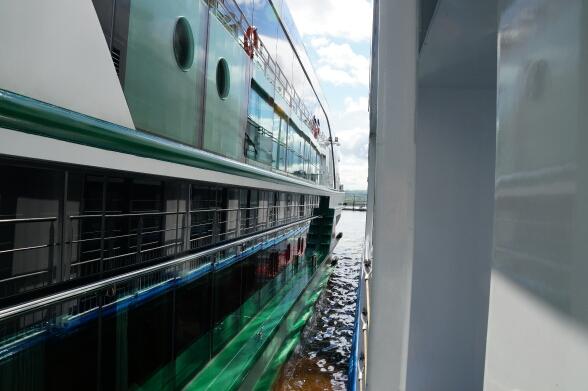 Kreuzfahrt 4.0 Zwei Schiffe in der Schleuse von Melk