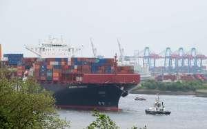 """Das neue Kreuzfahrtschiff AIDAprima erhält derzeit seine Grundausstattung für den Schiffsbetrieb. Die ersten Container haben am 3. Juni 2015 auf dem Frachtschiff """"Antwerpen Express"""" den Hamburger Hafen in Richtung Nagasaki verlassen."""
