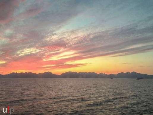 Blutroter Sonnenuntergang hinter den Lofoten!