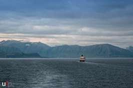 MS Richard With vor einem Fjord-Panorama.