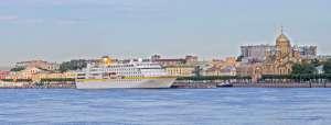 , Die MS »Hamburg« steuert die Innenstadt von St. Petersburg an
