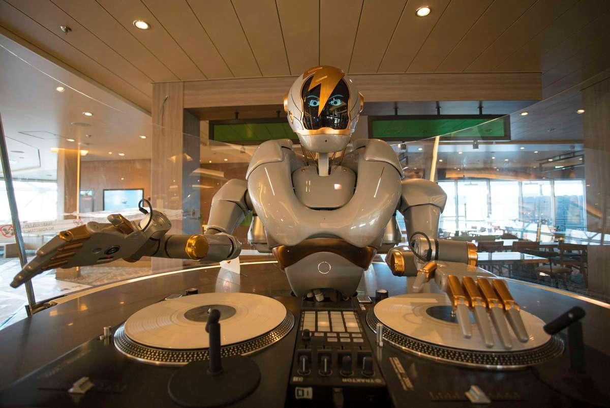 DJ-Roboter an Bord der neuen Mein Schiff 1
