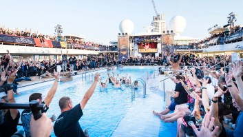 website_tui_cruises_ein_highlight_der_full_metall_cruise_konzerte_auf_dem_pooldeck