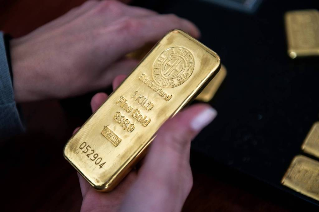 """""""Sales Wave"""" 4 Analysts Share Their Predictions for Gold Prices!"""