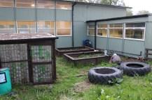 Centra sakņu dārzs ar siltumnīcu, kas būvēta no plastmasas pudelēm. Tas tiek izmantots nodarbībām un tajā izaudzēto izmanto virtuvē.