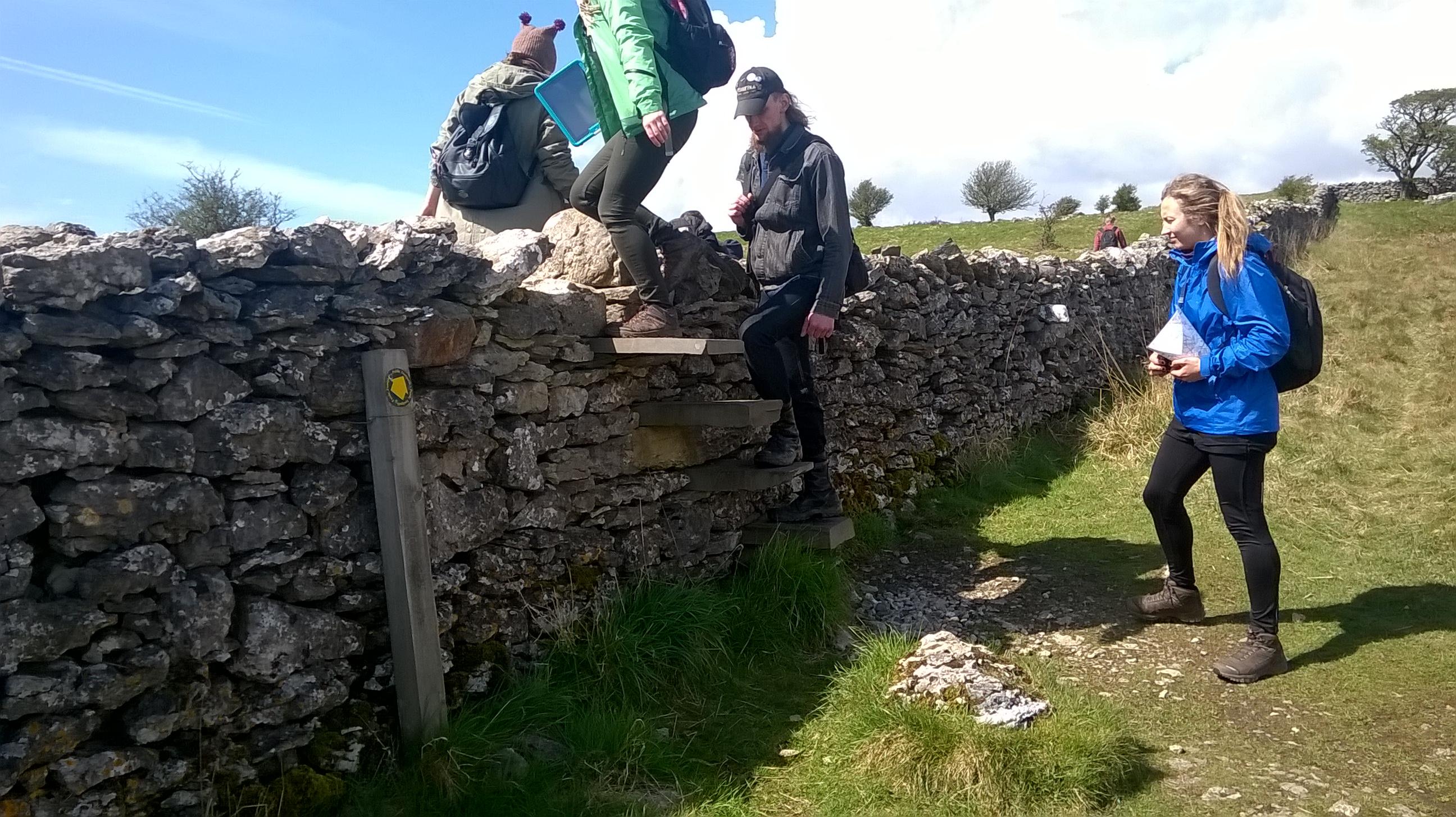 Lielbritānijā 400 gadus sens likums liek iezīmēt savu īpašumu robežas, un tas tiek darīts ar šādām akmens sētām vai dzīvžogiem. Vietās, kur robežu šķērso gājēju takas, sētās iebūvētas šādas trepes.