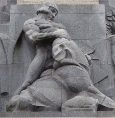 Lāčplēša skulptūra Brīvības piemineklī
