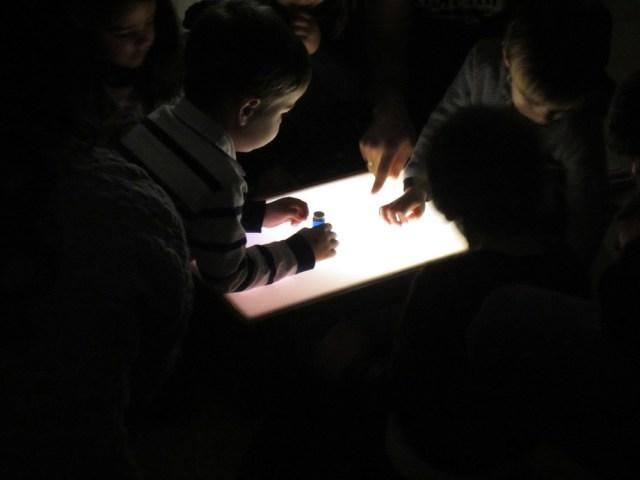 krisolets-contacontes-nene-taula-llum
