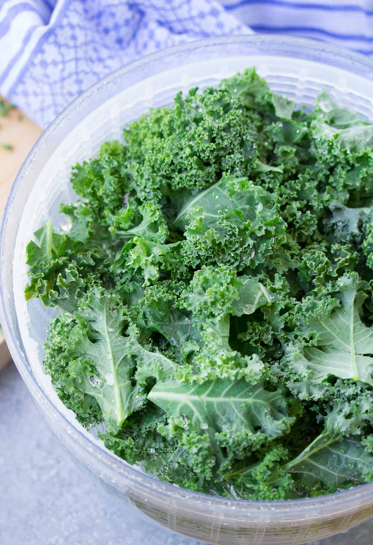 The BEST way for how to wash and store kale, so that it stays fresh and ready for quick smoothies and salads! Simple tips to make prepping kale as easy as can be! Using this easy method, your greens will stay fresh for up to two weeks!