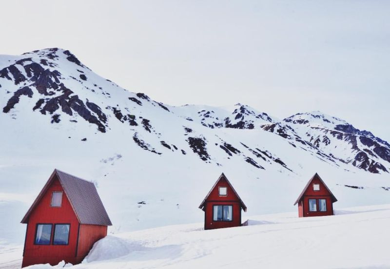 Take a romantic getaway in Alaska to Hatcher Pass Lodge and Cabins in Winter #hatcherpass #alaska #romanticgetaways