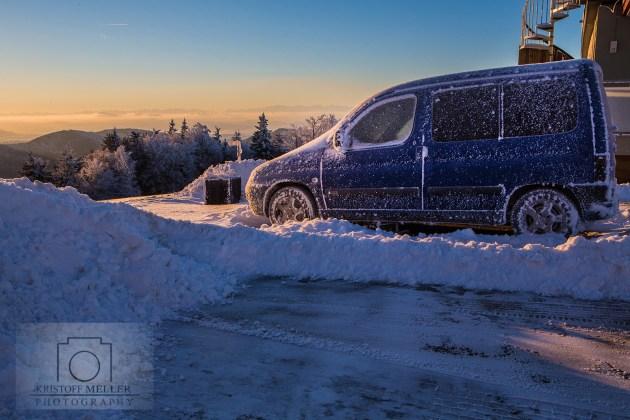 Eingefroren - ein über Nacht geparktes Auto
