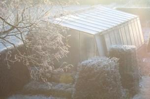 Vogelperspectief van de serre op een vroege winterochtend.