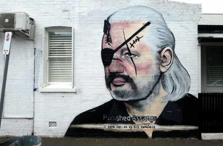 Julian-Assange-Enthuellungsplattform-WikiLeaks-whistleblower-whistleblowing-extradition-Staatsfeind-Australia-Kritisches-Netzwerk-Auslieferung-Ecuadorian-embassy-Landesverraeter