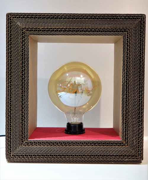 Lampe en carton Love design et original