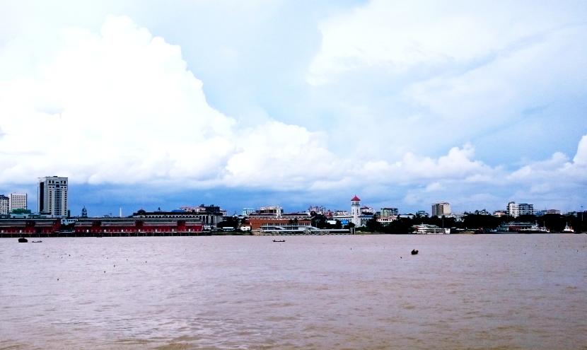 日本からODAで寄付されたフェリーからヤンゴン市内を眺める