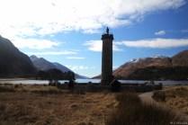 Glenfinnan Monument und Loch Shiel. Oben drauf steht Bonnie Prince Charles.