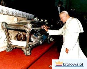 Jan Paweł II przed relikwiami Świętej