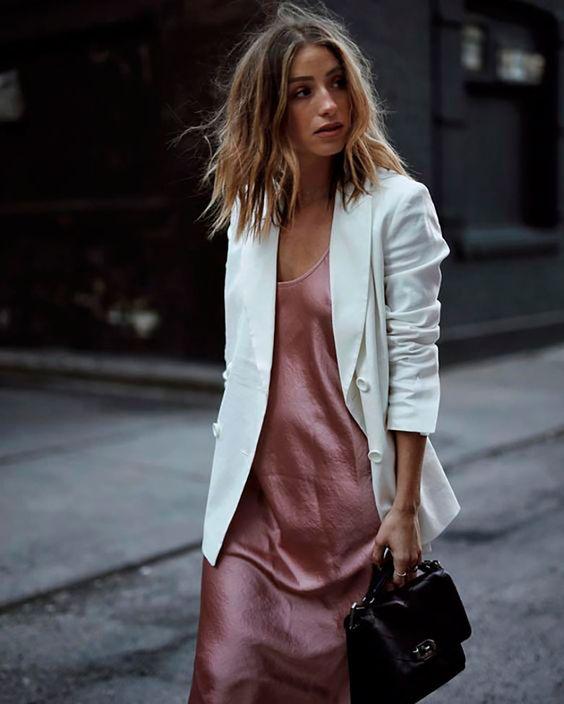 look con vestido y americana blanca