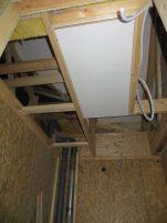 Taket inne i garderoben. Med access upp till taket/vinden.