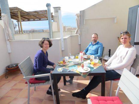 Frukost på terrassen.