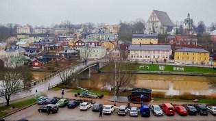 """Вид на """"старый мост"""" и старую часть города. Вдали справа - кафедральный собор Порвоо."""