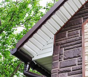Как осуществить подшивку свеса крыши софитом какие