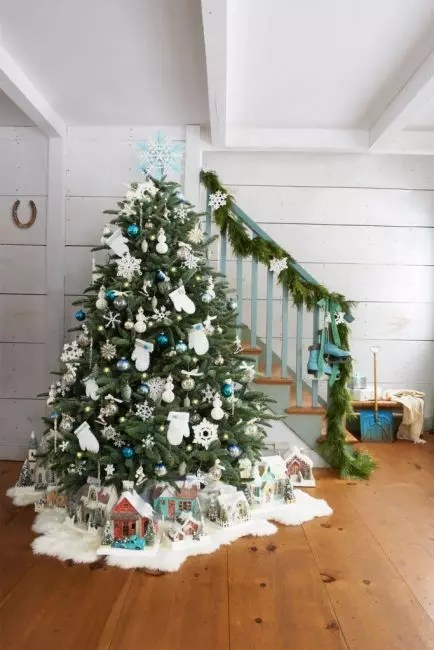 Votter og snømenn med følt, et par gamle skøyter på trappene og en glitrende juleby i juletreet - ikke-standard feriepresentasjon