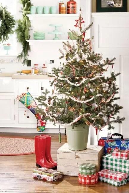 Kjøkkenutstyr på 50-tallet dekorerer dette lille juletreet. Med henne i selskapet krans fra popcorn og glass leker
