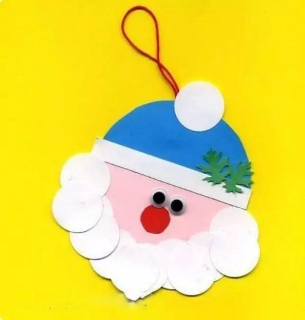 Occhi, naso e rami natalizi sul tappo