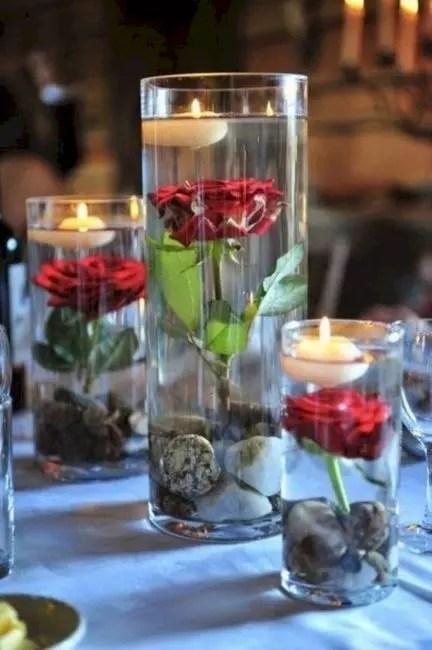Au lieu d'aquarium de verre vide avec des roses de jardin