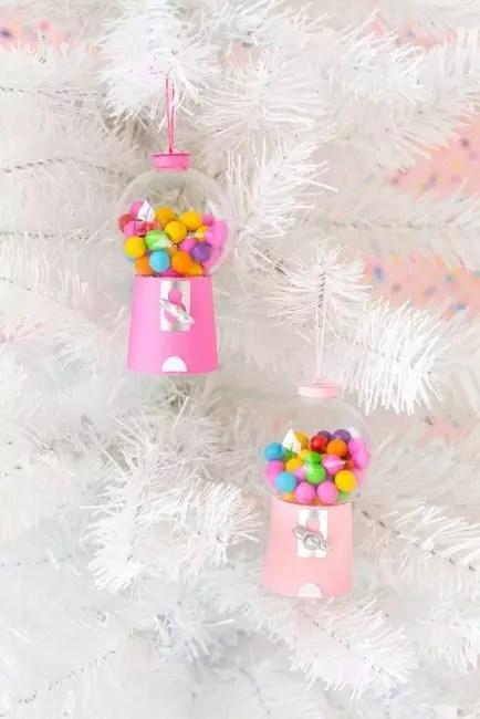 Боксы для конфет своими руками! Чтобы их сделать понадобиться пластиковый шар, розовая плотная бумага и некоторые мелочи для декора. Кроме конфет бокс можно заполнить бусинами, помпонами, конфетти