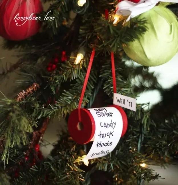 Послание Деду Морозу на бобине от ниток. Сделать его очень просто. Достаточно намотать на бобину тонкий лист бумаги и написать на нем свои желания!