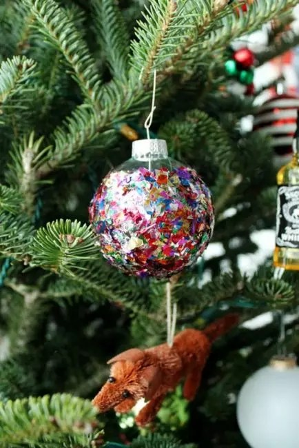 The gloss does not happen much. Christmas ball, plated shiny confetti beautifully flickering in the Christmas tree lights. For its manufacture, you only need PVA glue and scattering confetti
