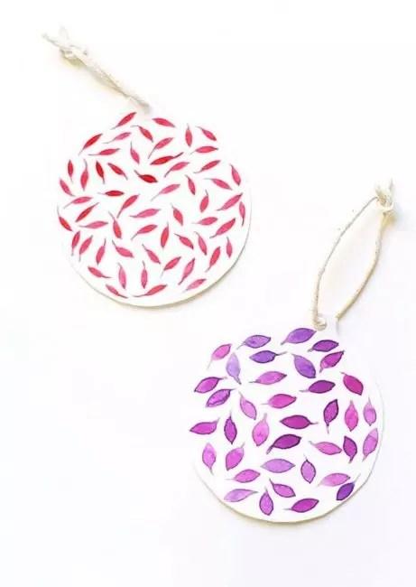 Заготовка из бумаги в виде шара – простор для фантазии. На нем с помощью краски, маркера или ручек можно создать любой узор и орнамент. Просто, но красиво!