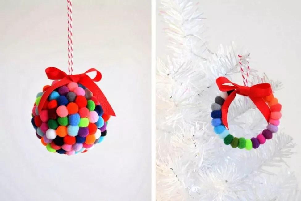 Рождественский венок из помпонов – еще один вариант елочного декора. Помпоны зафиксированы на плотной проволоке и подвешены с помощью атласной ленты. Цветовую гамму можно выбрать любую, подходящую по стилю к интерьеру