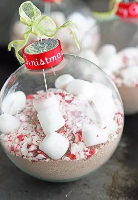 Billet palvelemaan kuumaa suklaata kulhoon. Tätä ei ole tapahtunut aiemmin. Lelua voidaan käyttää lahjana ystäville, ei välinpitämättömiä kuumaa juomaa. Kaakao puntaa pallon sisällä, sokeri, laittaa paloja Marshmorelou ja koristeltu makeiset sprinkling