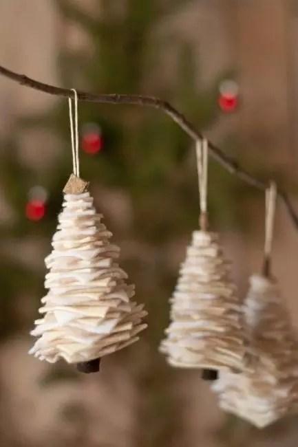 Joulupuut huovusta näyttävät erittäin tyylikkäiltä. Kehyksenä - hammastikku tai ohut oksa. Eri kokoiset neliöt leikataan huovasta ja kiinnitä laskeva koko ylhäältä, kartio. Voit lisäksi koristella pieniä helmiä