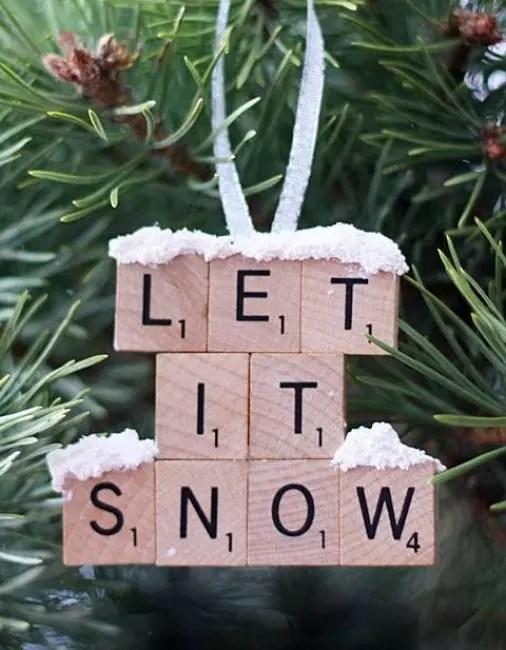 Из плиток Эрудит можно составить поздравление, любую фразу или даже отрывок из песни. элементы клеят друг к другу с помощью клея пистолета. В качестве украшения – искусственный снег