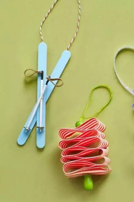 Hiihto joulukuusi - uudenvuoden teema. Kaksi kiinni maalaa sinisen värin, liitä ristikkäin, kiinteä liimalla. Ski tikkuja on valmistettu hammastikkuista, nahan tai langan silmukoista. Kerää aihe yhdellä kokonaislukulla liimapistoolin avulla