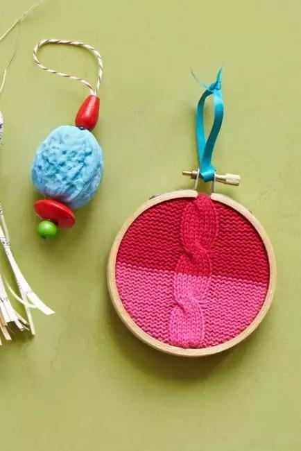 Puiset vanteet ja vanhojen lasten villapaita - täydellisesti yhdistetty toisiinsa ja fir-oksat! Neulotun kanavan reunaan takapuolelta, sitä käsitellään liimalla. Suspensiota varten Käytä kirkasta nauhaa