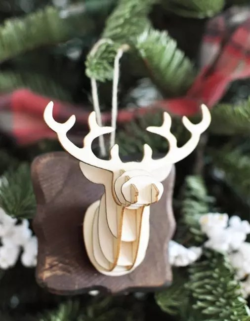3D голова оленя – тематический декор. Его делают использую технологию трехмерной бумажной печати. Собранное изображение крепят к деревянной основе